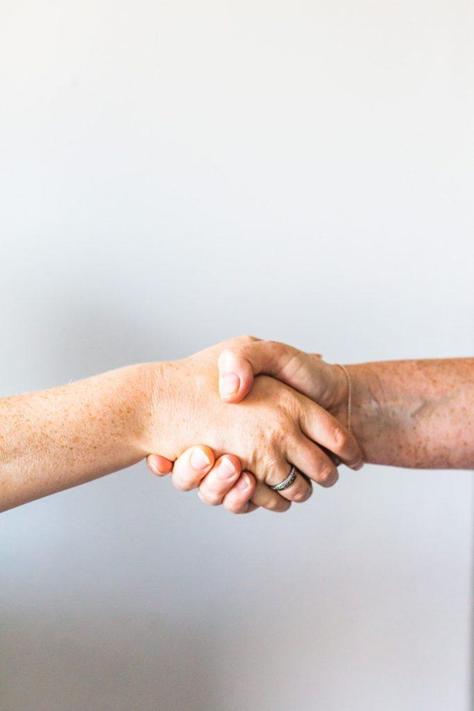 Com'Scoring, agence de communication Angers, vous propose la com'box aide à la vente. Une offre complète permettant d'adapter au mieux sa communication à son commerce et booster ses lieux de vente.