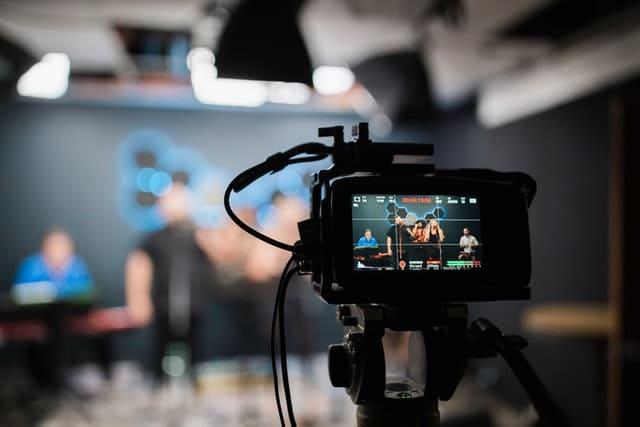 Com'Scoring, agence de communication Angers, vous permets de réaliser vos vidéos en diffusion en direct. La diffusion en direct est une bonne solution pour interagir directement avec sa cible et s'en rapprocher. Elle génère du lien et un sentiment corporate.
